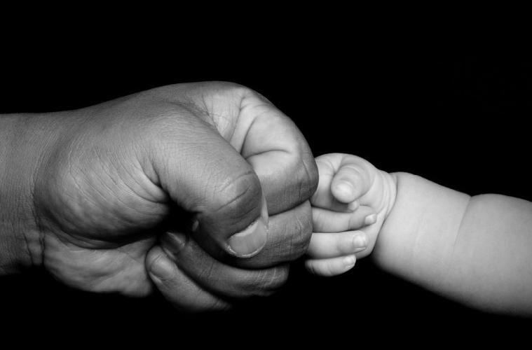 https://www.ragusanews.com//immagini_articoli/05-09-2017/neonata-necessita-cure-mediche-guardia-giurata-acquista-medicinali-500.jpg