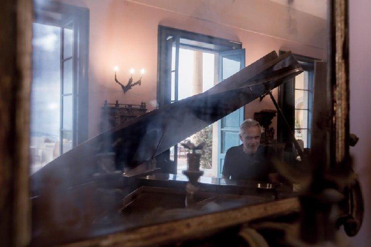 https://www.ragusanews.com//immagini_articoli/05-09-2019/1567678086-la-casa-che-ha-ospitato-andrea-bocelli-a-taormina-foto-1-500.jpg