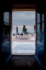 https://www.ragusanews.com//immagini_articoli/05-09-2019/1567678086-la-casa-che-ha-ospitato-andrea-bocelli-a-taormina-foto-2-240.jpg