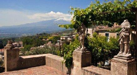 https://www.ragusanews.com//immagini_articoli/05-09-2019/1567678485-la-casa-che-ha-ospitato-andrea-bocelli-a-taormina-foto-1-240.jpg