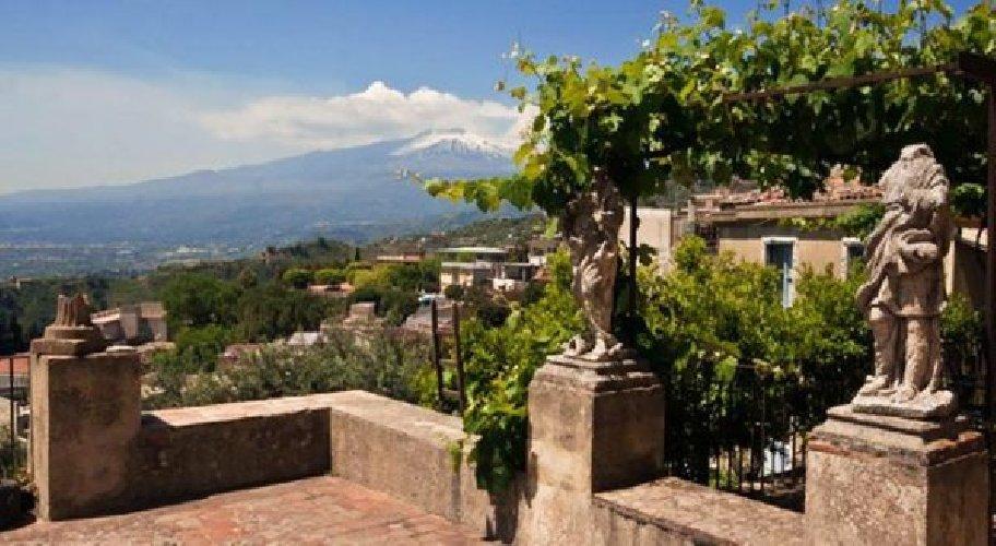 https://www.ragusanews.com//immagini_articoli/05-09-2019/1567678485-la-casa-che-ha-ospitato-andrea-bocelli-a-taormina-foto-1-500.jpg