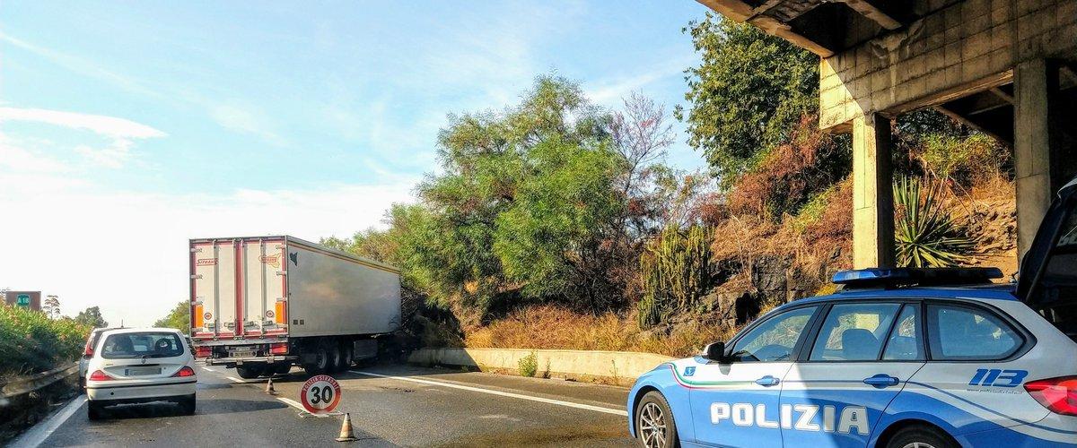 https://www.ragusanews.com//immagini_articoli/05-09-2019/camion-di-traverso-catania-messina-traffico-in-tilt-su-autostrada-500.jpg