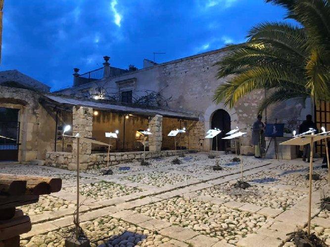 https://www.ragusanews.com//immagini_articoli/05-09-2019/letture-vagabonde-a-villa-barone-alfieri-500.jpg
