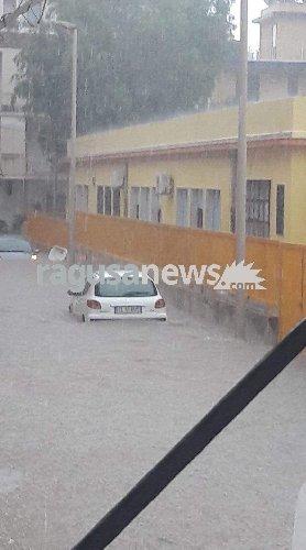 https://www.ragusanews.com//immagini_articoli/05-09-2019/piove-auto-sott-acqua-a-pozzallo-500.jpg