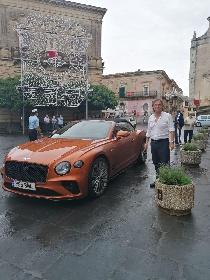 https://www.ragusanews.com//immagini_articoli/05-09-2021/a-monterosso-la-bentley-e-rossa-o-quasi-280.jpg