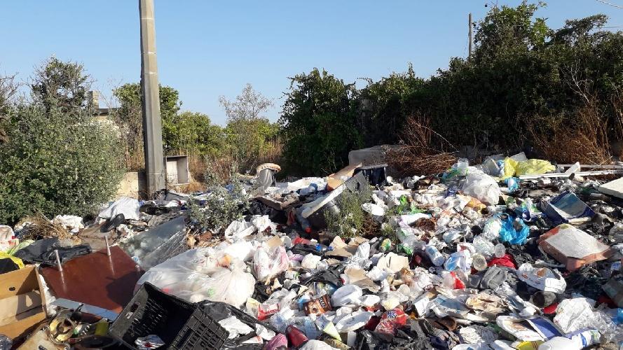 https://www.ragusanews.com//immagini_articoli/05-09-2021/qualcuno-salvi-la-comiso-pedalino-dai-rifiuti-500.jpg