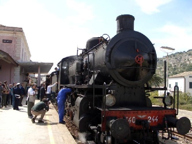 http://www.ragusanews.com//immagini_articoli/05-10-2014/l-infanzia-di-elio-vittorini-nelle-stazioni-siciliane-500.jpg