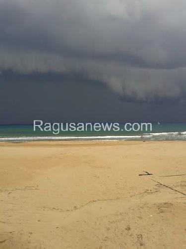 http://www.ragusanews.com//immagini_articoli/05-10-2014/maltempo-tromba-d-aria-a-cava-d-aliga-500.jpg