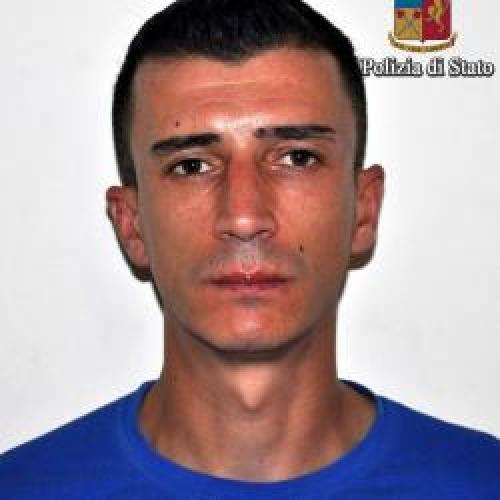 http://www.ragusanews.com//immagini_articoli/05-10-2015/furto-arrestato-rosario-avila-500.jpg