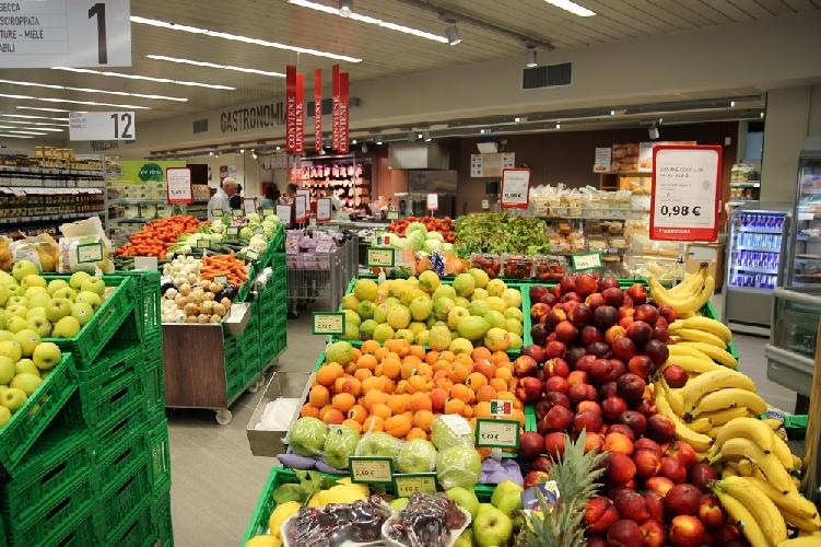 http://www.ragusanews.com//immagini_articoli/05-10-2017/food-coop-cliente-lavorare-supermercato-500.jpg