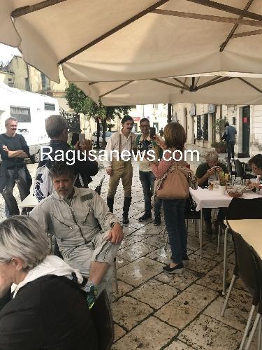 http://www.ragusanews.com//immagini_articoli/05-10-2017/mossa-cavallo-pazzi-michele-riondino-500.jpg