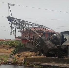 https://www.ragusanews.com//immagini_articoli/05-10-2021/catania-la-distruzione-lasciata-dal-tornado-video-280.jpg