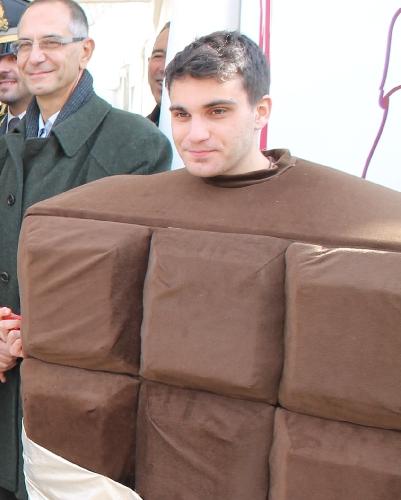 https://www.ragusanews.com//immagini_articoli/05-12-2015/a-modica-l-uomo-di-cioccolato-500.jpg