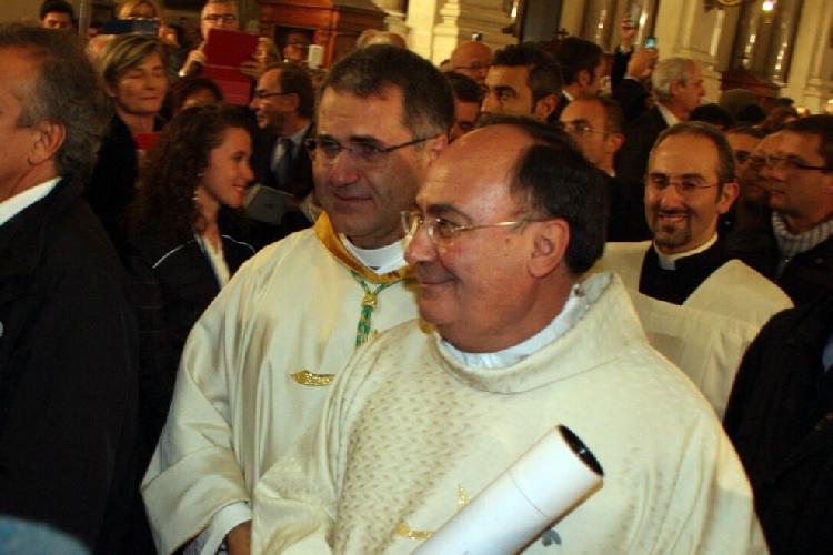 http://www.ragusanews.com//immagini_articoli/05-12-2015/corrado-lorefice-e-arcivescovo-di-palermo-si-commuove-e-piange-500.jpg