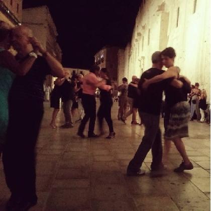 https://www.ragusanews.com//immagini_articoli/05-12-2016/ultimo-tango-in-ortigia-420.jpg