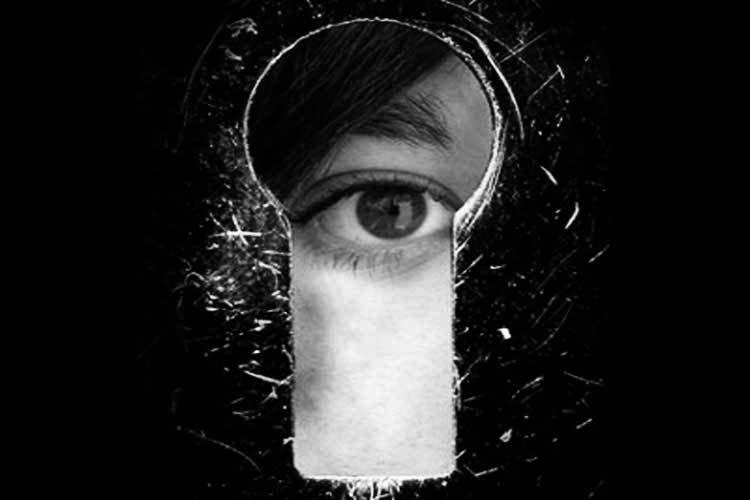 https://www.ragusanews.com//immagini_articoli/05-12-2017/faceva-prostituire-moglie-stava-guardare-arrestato-marito-voyeur-500.jpg