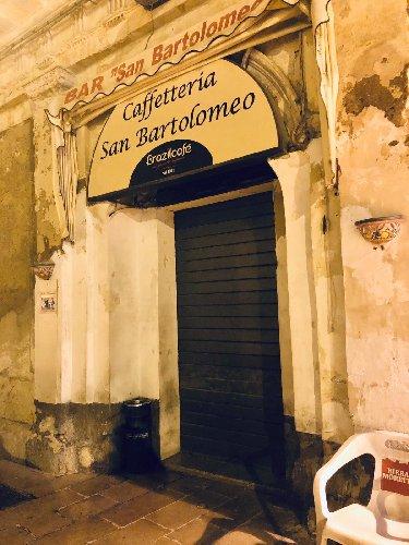 https://www.ragusanews.com//immagini_articoli/05-12-2019/chiude-il-bar-san-bartolomeo-per-sfratto-500.jpg