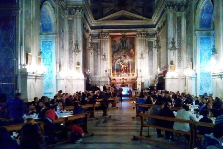 https://www.ragusanews.com//immagini_articoli/06-01-2015/cena-in-chiesa-sotto-gli-occhi-del-gioia-500.jpg