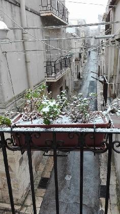 https://www.ragusanews.com//immagini_articoli/06-01-2017/neve-irti-colli-video-420.jpg