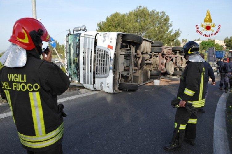 https://www.ragusanews.com//immagini_articoli/06-01-2018/ribalta-camion-lungo-lautostrada-siracusarosolini-500.jpg