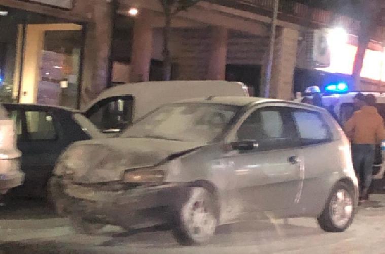 https://www.ragusanews.com//immagini_articoli/06-01-2019/scontro-auto-ragusa-prende-fuoco-500.png
