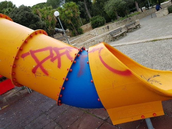 https://www.ragusanews.com//immagini_articoli/06-02-2018/vittoria-atti-vandalismo-villa-comunale-500.jpg