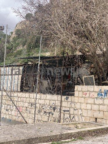 https://www.ragusanews.com//immagini_articoli/06-02-2020/scicli-tentano-di-incendiare-il-camion-dei-panini-ma-falliscono-500.jpg
