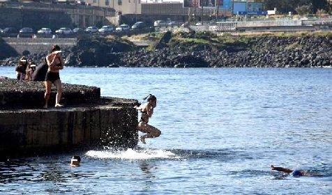 https://www.ragusanews.com//immagini_articoli/06-02-2021/28-gradi-in-sicilia-tutti-al-mare-a-fare-il-bagno-280.jpg