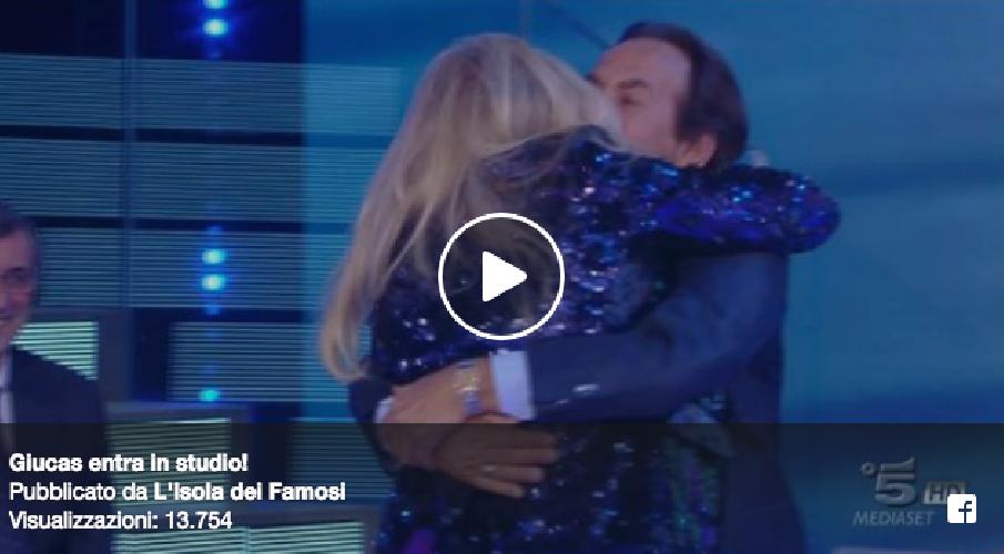 https://www.ragusanews.com//immagini_articoli/06-03-2018/isola-famosi-giucas-casella-solleva-minigonna-marcuzzi-500.png