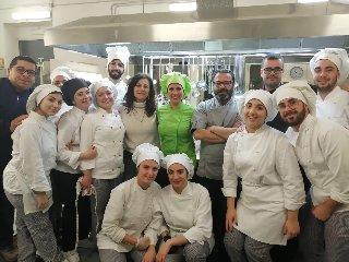 https://www.ragusanews.com//immagini_articoli/06-03-2020/1583492892-a-scuola-di-cucina-vegetale-a-modica-1-240.jpg