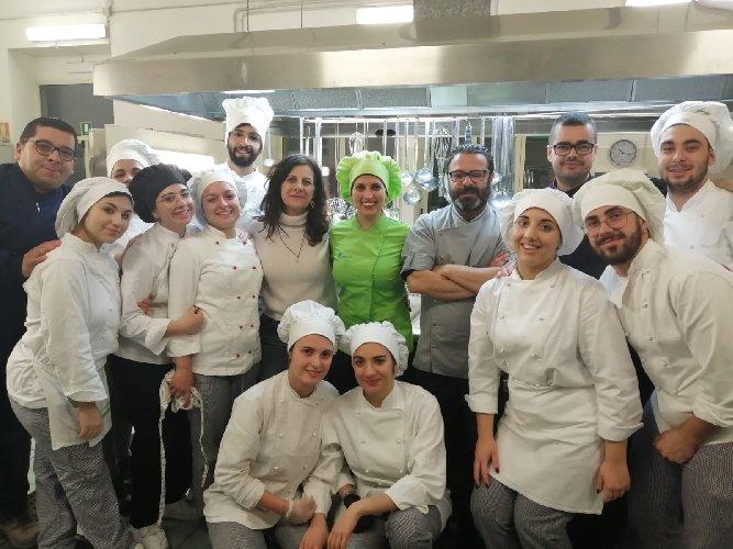 https://www.ragusanews.com//immagini_articoli/06-03-2020/1583492892-a-scuola-di-cucina-vegetale-a-modica-1-500.jpg
