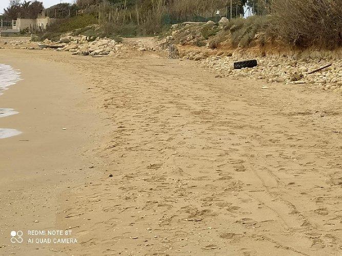https://www.ragusanews.com//immagini_articoli/06-03-2021/1615038827-chiuso-un-pezzo-di-spiaggia-delle-anticaglie-1-500.jpg