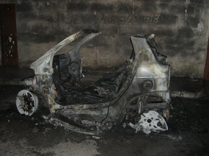 http://www.ragusanews.com//immagini_articoli/06-04-2016/incendiata-una-smart-a-santa-maria-la-nova-500.jpg