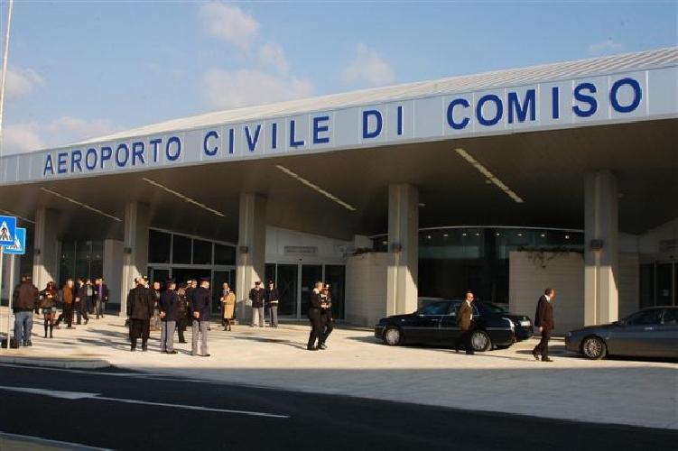 http://www.ragusanews.com//immagini_articoli/06-04-2017/firmato-contratto-appalto-bretella-collegamento-aeroporto-comiso-500.jpg