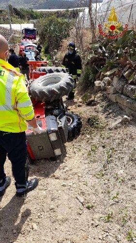 https://www.ragusanews.com//immagini_articoli/06-04-2021/si-ribalta-trattore-muore-un-uomo-di-comiso-500.jpg
