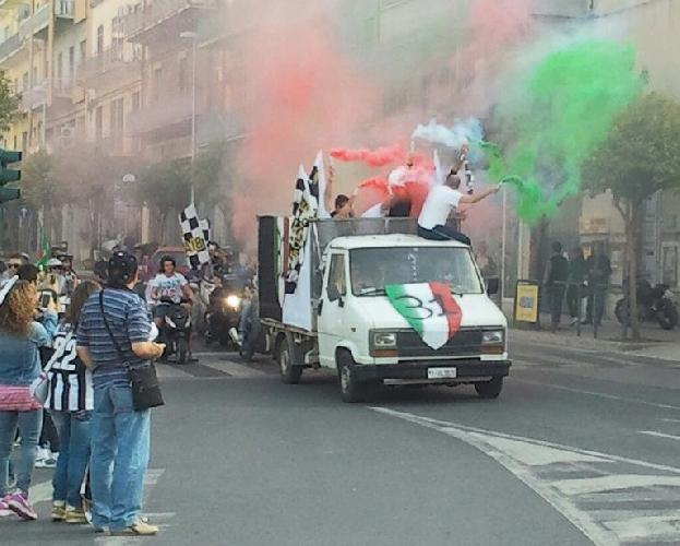https://www.ragusanews.com//immagini_articoli/06-05-2013/i-festeggiamenti-per-lo-scudetto-della-juventus-a-ragusa-500.jpg