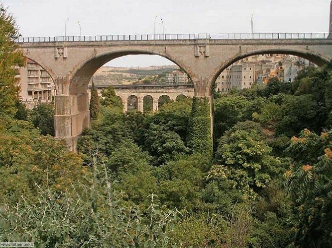 http://www.ragusanews.com//immagini_articoli/06-05-2014/coppia-litiga-sul-ponte-lei-tenta-suicidio-500.jpg