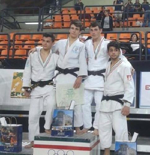 http://www.ragusanews.com//immagini_articoli/06-05-2015/judo-campionati-di-bronzo-per-vilardo-500.jpg