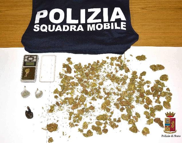 http://www.ragusanews.com//immagini_articoli/06-05-2016/droga-arrestato-spacciatore-comisano-500.jpg