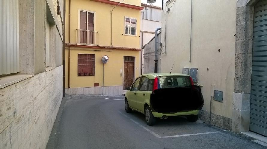 http://www.ragusanews.com//immagini_articoli/06-05-2016/non-puo-passare-l-ambulanza-ma-il-parcheggio-e-consentito-500.jpg