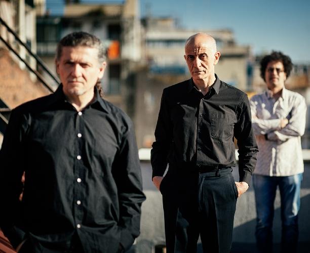 http://www.ragusanews.com//immagini_articoli/06-05-2017/peppe-servillo-trio-catania-500.jpg