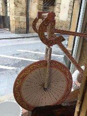 https://www.ragusanews.com//immagini_articoli/06-05-2018/1525638671-arriva-giro-italia-caltagirone-bici-ceramica-1-240.jpg