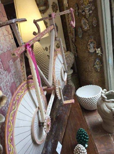 https://www.ragusanews.com//immagini_articoli/06-05-2018/1525638712-arriva-giro-italia-caltagirone-bici-ceramica-1-500.jpg