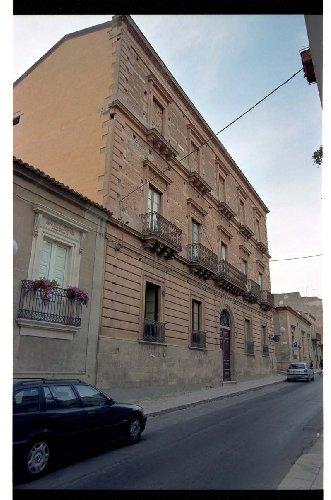 https://www.ragusanews.com//immagini_articoli/06-05-2018/palazzo-carfi-anni-consegnato-comune-resta-chiuso-500.jpg