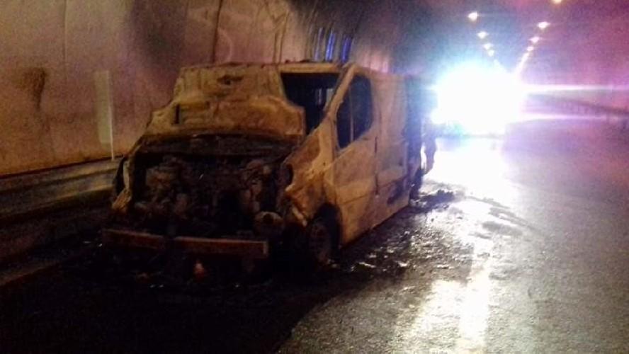https://www.ragusanews.com//immagini_articoli/06-05-2020/si-incendia-un-furgone-nella-galleria-dei-misteri-di-tremonzelli-500.jpg