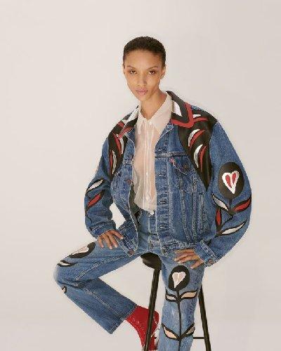 https://www.ragusanews.com//immagini_articoli/06-05-2021/1620308987-i-jeans-upcycled-di-miu-miu-e-levi-s-1-500.jpg