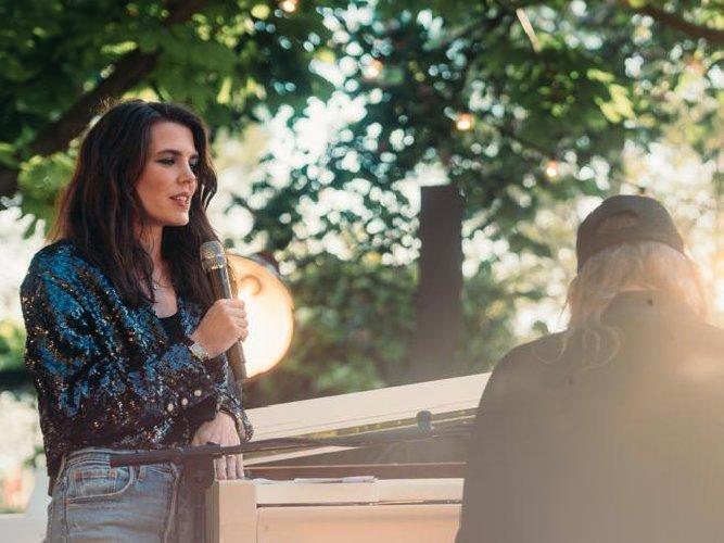 https://www.ragusanews.com//immagini_articoli/06-05-2021/charlotte-casiraghi-debutta-come-cantante-sulle-orme-di-zia-stephanie-500.jpg