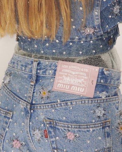https://www.ragusanews.com//immagini_articoli/06-05-2021/i-jeans-upcycled-di-miu-miu-e-levi-s-500.jpg