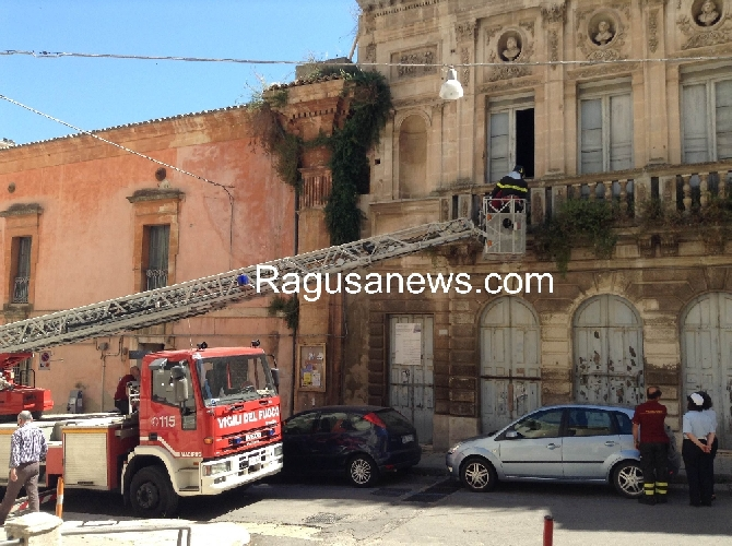 http://www.ragusanews.com//immagini_articoli/06-06-2014/mentre-del-teatro-si-parla-il-teatro-cade-500.jpg