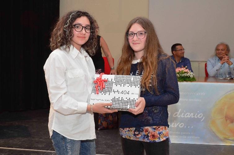 http://www.ragusanews.com//immagini_articoli/06-06-2017/vallery-mauro-vince-concorso-caro-diario-scrivo-500.jpg